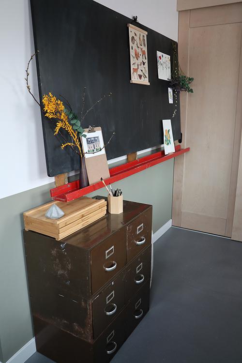 Studio Nons industrieel schoolbord ladekast materialen Manon